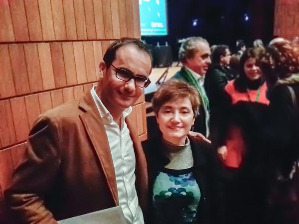 Izq.:David Jimenez, director periódico El Mundo. Chaqueta marrón claro y camisa blanca.A la derecha, Begoña Cerrato INFO-Q.com. Vestido de tonos azules y chaqueta negra.